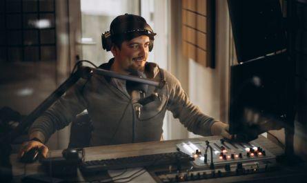 Profissionais de rádio comemoram reinvenção em meio às novas tecnologias