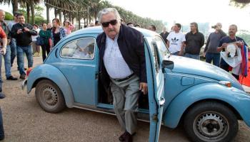 José Mujica e seu famoso Fusca azul Imagem: Natacha Pisarenko/AP Photo