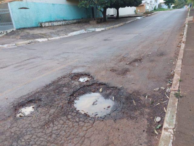 Em vídeo, morador mostra buracos que tem gerado riscos aos motoristas e pedestres no Gama