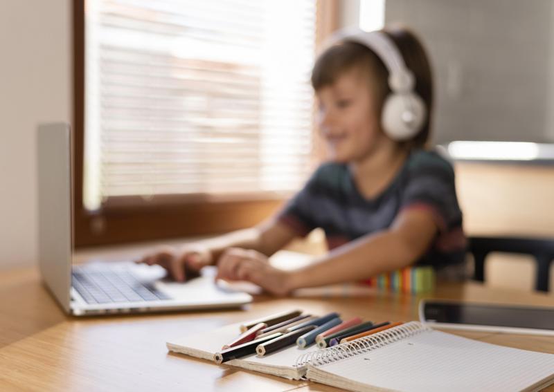 Volta às aulas: especialista fala sobre importância de check-up auditivo nas crianças