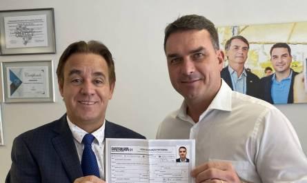 Senador Flávio Bolsonaro e o presidente do Patriota, Adilson Barroso