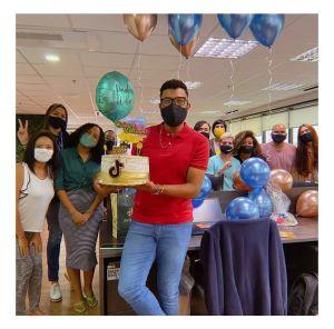 Equipe de atendimento de redes sociais do Educa Mais Brasil em um momento de comemoração. Foto_ acervo pessoal