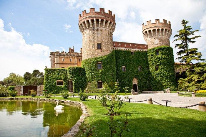После обеда нам предстоит визит в Castell de Peralada. Мы узнаем секрет производства вин.