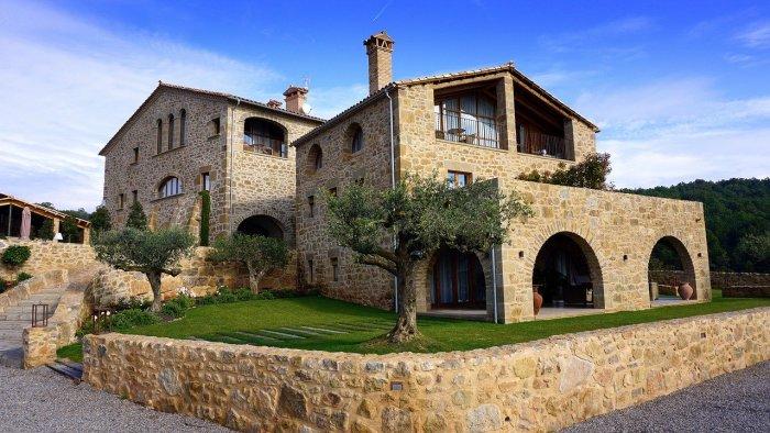 Утопающее в виноградниках и оливковых рощах фамильное винодельческое поместье напоминает декорации к фильму «Хороший год».