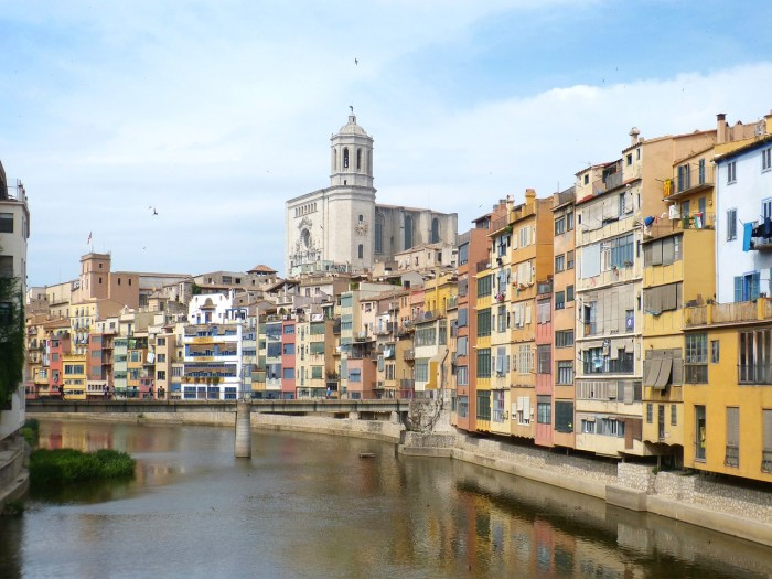 """The famous """"Houses of Onyar"""" on the banks of the river Onyar in Girona"""