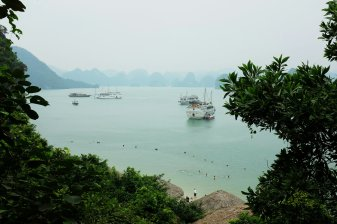 Ha Long Bucht vom Felsen aus