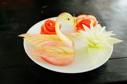 Aus Früchten und Gemüse geschnitzte Dekoration
