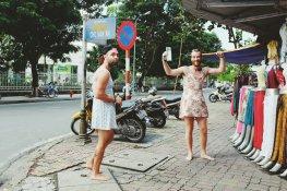 In deren Hostel ist Ladies Night, und jeder mit einem Kleid bekommt ein kostenloses Bier. Die zwei waren die Attraktion auf der Straße.