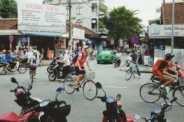Junge Ausländer versuchen sich in den Verkehr einzufädeln