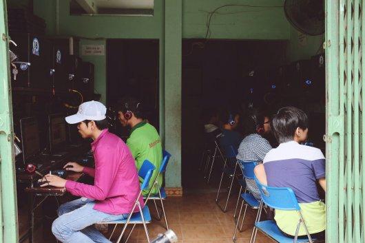 Junge Menschen zocken im Internet-Cafe