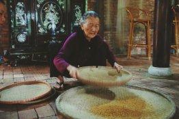 Großmutter trennt Spreu vom Reis