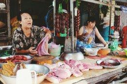 Frauen verkaufen Fleisch auf dem Markt