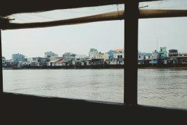 Dorf vom Boot aus