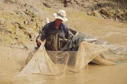 Fischer prüft seine Netze
