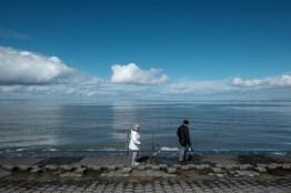 Alte Leute am Ufer
