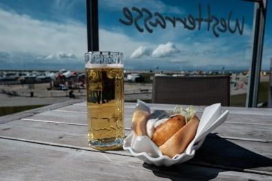 Bier und ein Kibbeling-Baguette mit Dillsauce im Wattkieker