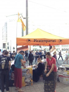 stand d'un parti politique à la sortie de la Gamescom