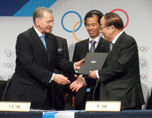 PyeongChang Mayor Signs Host City Agreement