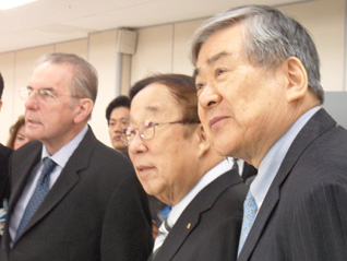 (L to R) IOC President Jacques Rogge, KOC President Yong-Sung Park and KOC Vice President Yang-Ho Cho watch athletes train at Jincheon shooting range (GamesBids Photo)
