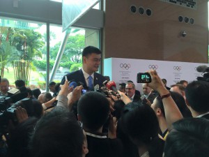Chinese basketball star Yao Ming towers over a media scrum after Beijing 2022 presentation in Kuala Lumpur (GamesBids Photo)