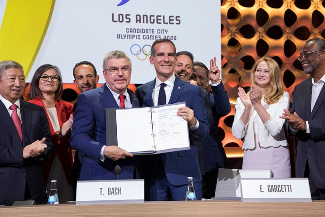 IOC President Thomas Bach and LA Mayor Eric Garcetti hold signed host city contract (IOC Photo)