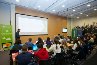 Η Microsoft διοργάνωσε μία σειρά δωρεάν μαθημάτων, δίνοντας την ευκαιρία σε μικρούς και μεγάλους να γνωρίσουν την επιστήμη των υπολογιστών