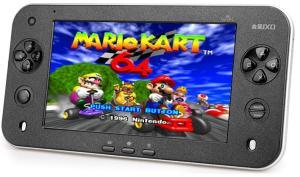 Mario Kart 64 läuft eh nicht besonders gut. Frech auch: Buttons und Analogstick stammen wohl von Sony-Konsolen. (Foto: JXD)