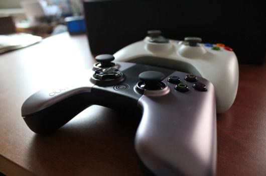 Jede Ähnlichkeit ist reiner Zufall. Hier im Vergleich mit dem Xbox 360-Gamepad. (Foto: GamingGadgets.de)