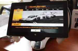 Klappt auch mit großen Tablets über 10 Zoll. Aber bei 10,6 Zoll wie beim Surface 2 ist die Grenze erreicht. (Foto: GamingGadgets.de)