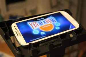 Das Smartphone im extra vorgesehenen Ständer. (Foto: GamingGadgets.de)