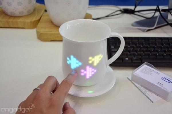 Auf der Kaffeetase befinden sich interaktive Symoble. Beispielsweise. (Foto: Engadget)