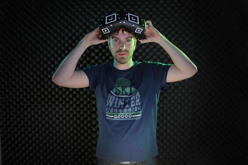 Lionel Anton von Staarbreeze zeigt die VR-Brille. (Foto: Starbreeze)