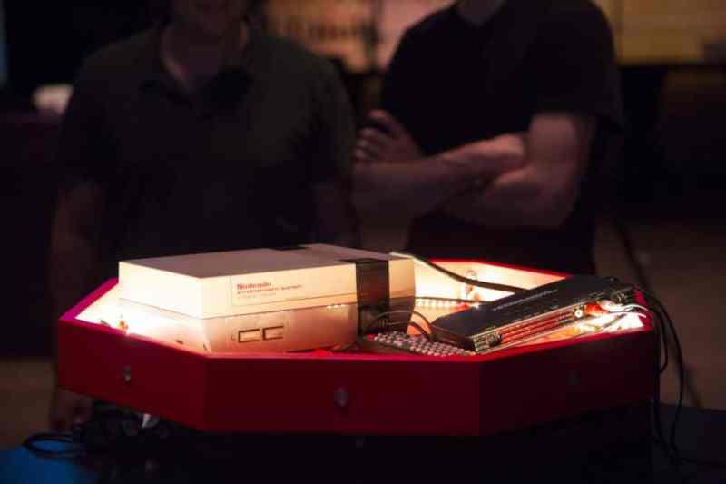 Ja! Nach wie vor kommt eine NES-Konsole zum Einsatz. (Foto: Ars Technica)