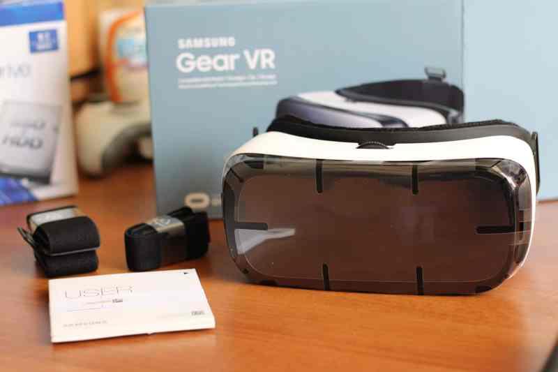 Die Plastikfolie an der Gear VR war teils schwierig zu entfernen. Weniger schön. (Foto: Sven Wernicke)