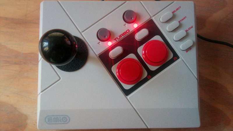 Turbo-Button, Slow-Taste und Kombo-Knopf ergänzen die vier Aktionstasten des NES-Controllerlayouts. Und der Stick lässt sich ganz leicht austauschen. (Foto: Daniel Wendorf)