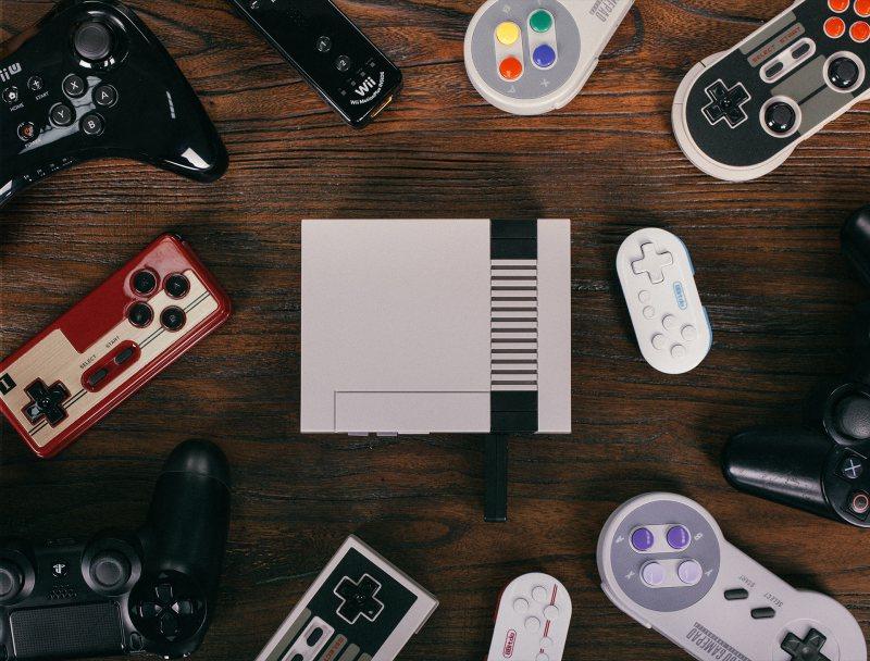 Viele Controller funktionieren dank des Retro Receiver mit dem NES Mini. (Foto: 8Bitdo)