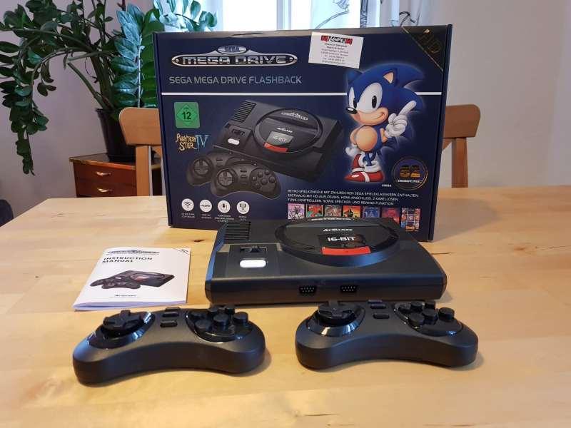 Schicke Packung, zwei Controller liegen dem Mega Drive Flashback HD auch bei. (Foto: Sven Wernicke)