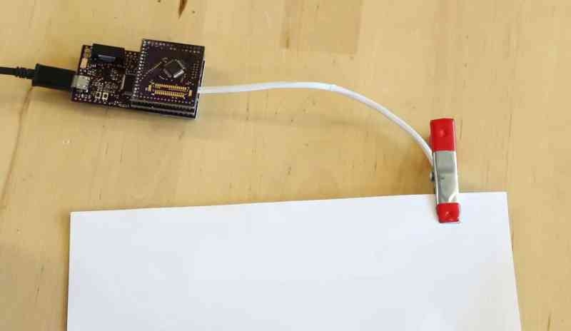 Eine Verbindung zu einem elektronischen Gerät braucht das Papier trotzdem. (Foto: Screenshot / Youtube)