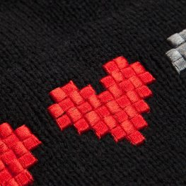 One Heart Down Schal & Beanie. (Foto: ThinkGeek)