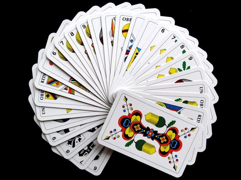 Spielkarten könnten auch als Einladung dienen. (Foto: Pexels)