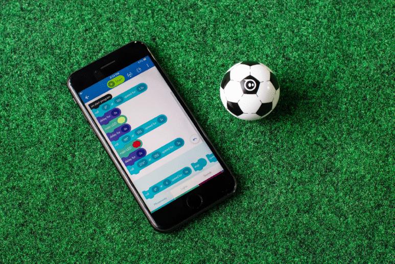 Programmiert den Sphero Mini Soccer auf einfache Art und Weise. (Foto: Sphero / Orbotix)