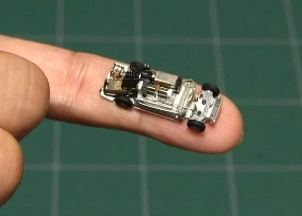Wow, ist dieses ferngesteuerte Auto klein. (Foto: Screenshot / YouTube)