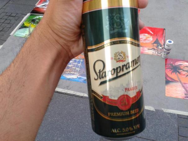 Tomando una cerveza , en Belgrado .