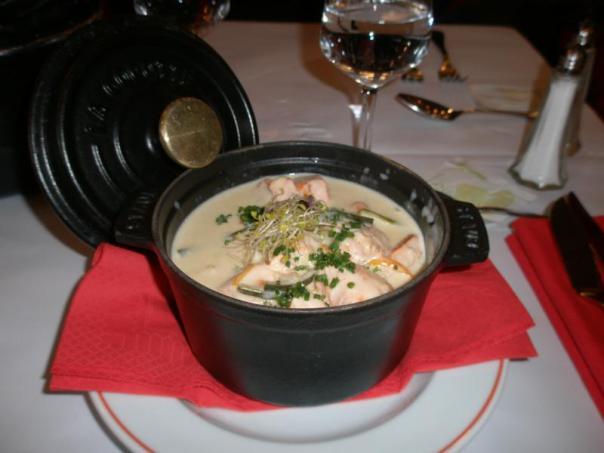 Mejillones , con salsa de  roquefort .