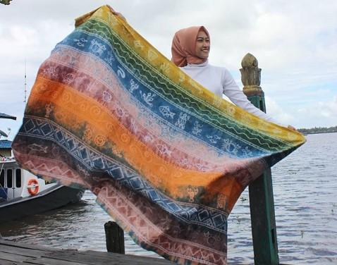 12 Padu Padan Baju Muslim Kombinasi Kain Sasirangan