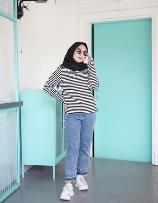 20 Inspirasi Outfit of the Day Kekinian Mengenakan Kaos Motif