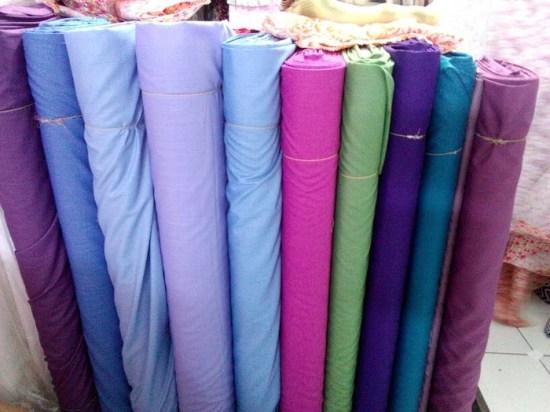 contoh gulungan kain katun ima di toko kain