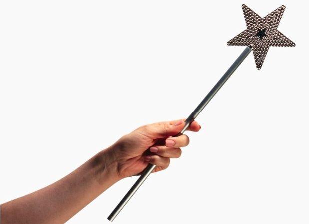 Mano sosteniendo una varita magica con una punta de estrella