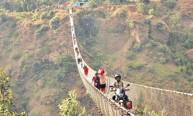 बागलुङ–पर्वत जोड्ने झोलुंगे पुलमा आन्तरिक पर्यटक बढे