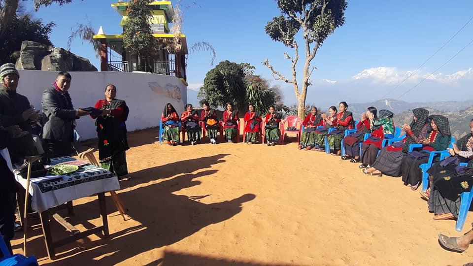पर्वतको लुंखुदेउरालीका गुरुङ समुदायका महिलालाई पोषाक वितरण
